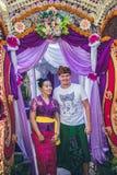 BALI INDONEZJA, PAŹDZIERNIK, - 23, 2017: Kobiety i mężczyzna Ślubna ceremonia, balijczyka ślub Obrazy Royalty Free