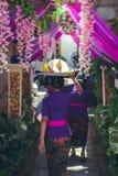 BALI INDONEZJA, PAŹDZIERNIK, - 23, 2017: Kobiety na Ślubnej ceremonii, balijczyka ślub Obrazy Royalty Free