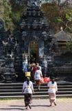 Kobiety z ofertami dla ceremonii w Goa Lawah nietoperzu Zawalają się świątynię, Bal Obrazy Stock
