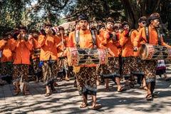 BALI INDONEZJA, WRZESIEŃ, - 25, 2018: Balijczyków mężczyzna w tradycyjnym odziewają na dużej ceremonii w Tirta Empul świątyni obrazy royalty free