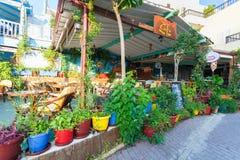 Bali, Insel Kreta, Griechenland, - 24. Juni 2016: Ansicht über das kleine leere Café im Dorf Bali Stockfoto