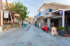 Bali, Insel Kreta, Griechenland, - 24. Juni 2016: Ansicht über die kleine leere Straße des Dorfs Bali Lizenzfreie Stockbilder