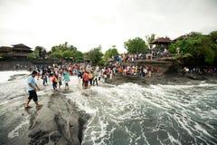 BALI - JANUARI 2: Många turister på den Tanah lotttemplet, på Januari Royaltyfria Foton