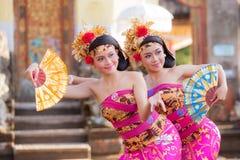BALI - 27. Juni: Mädchen, das traditionellen indonesischen Tanz an durchführt Stockbild
