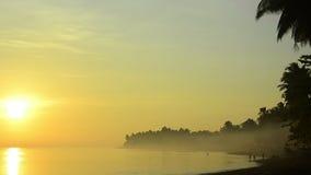 Bali kostnad i morgondimma med att fiska för barn stock video