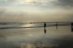 Bali ; L'Indonésie ; BaliIndonesia ; ressac ; Surfer ; plage, du front de mer ; océan ; L'Océan Indien ; coucher du soleil Photos stock