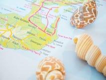 Bali loppöversikter med snäckskal och med den populära destinationen är den Nusa Dua-stranden Arkivbild