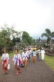 BALI - OKTOBER 17: Niet geïdentificeerde ca van dorpsvrouwen stock afbeelding