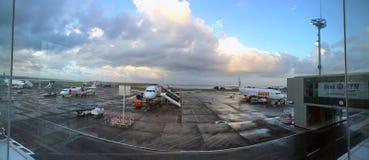 BALI PAŹDZIERNIK 19, 2016: Samoloty przy lotniskowym Denpasar, Bali, Indonezja obrazy stock