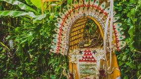 Bali Penjors, base de bambú adornada de los polos en pueblo local en el acompañante musical, Indonesia Imagenes de archivo
