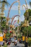 Bali Penjors, polos de bambú adornados a lo largo de la calle en Bali, Indonesia del pueblo Fotografía de archivo