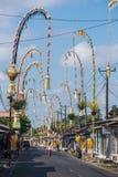 Bali Penjors, verzierte Bambuspfosten entlang der Dorfstraße in Bali, Indonesien lizenzfreie stockbilder