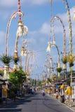 Bali Penjors, verzierte Bambuspfosten entlang der Dorfstraße in Bali, Indonesien stockbild