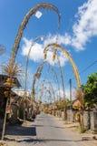 Bali Penjors, verzierte Bambuspfosten entlang der Dorfstraße in Bali, Indonesien stockfoto