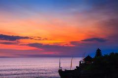 Bali punkty zwrotni: Balijczyk hinduskiej świątyni Tanah udział przy zmierzchem bali Indonesia Fotografia Stock