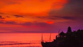 Bali punkty zwrotni: Balijczyk hinduskiej świątyni Tanah udział przy zmierzchem bali Indonesia Zdjęcia Stock