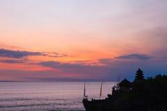 Bali punkty zwrotni: Balijczyk hinduskiej świątyni Tanah udział przy zmierzchem bali Indonesia Fotografia Royalty Free