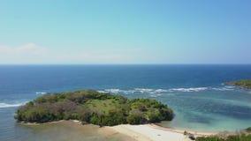 bali Silueta del hombre de negocios Cowering Alrededor del océano y de la playa almacen de video