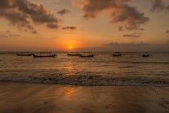 Bali-Sonnenuntergang mit Booten Stockfotos