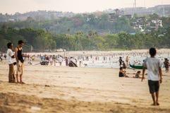 bali Spiaggia di Jimbaran I turisti camminano lungo la spiaggia ammucchiata 13 fotografia stock