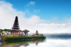 Bali tempel i Indonesien Ulun Danu berömd loppgränsmärke Arkivbilder