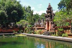 Bali tempel, med reflexion i vattnet, Arkivbilder