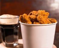 Balia smażący kruszący kurczaków kawałki z piwem zdjęcia stock