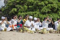 Balijczyków ludzie uwielbiać na plaży, Indonezja Zdjęcia Stock