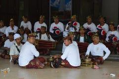 Balijczyków muzycy w Ulun Danu Beratan świątyni Bali Obraz Stock