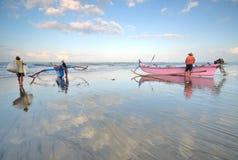 Balijczyków rybacy przygotowywali ich łodzie przed przewodzić dla morza Fotografia Stock