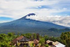Balijczyk świątynia na tle góry Agung wulkan Obrazy Stock