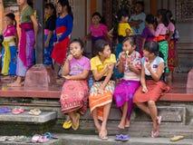 Balijczyk dziewczyna odpoczywa po tym jak szkoła i łasowanie lody tanczymy Ubud, Indonezja Zdjęcie Royalty Free