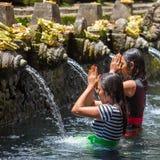 Balijczyk Hinduskie rodziny przychodzić święte wiosny Tirta Empu Obrazy Royalty Free