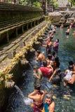 Balijczyk Hinduskie rodziny przychodzić święte wiosny Tirta Empu Fotografia Stock