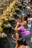 Balijczyk Hinduskie rodziny przychodzić święte wiosny Tirta Empul Zdjęcia Royalty Free