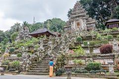 Balijczyk kobieta opuszcza ofiary przy Pura Kehen, balijczyk Hinduska świątynia w Bangli regenci, Bali, Indonezja fotografia stock