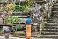 Balijczyk kobieta opuszcza ofiary przy Pura Kehen, balijczyk Hinduska świątynia w Bangli regenci, Bali, Indonezja zdjęcie royalty free