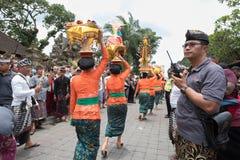 Balijczyk kobiety przynoszą ofiary świątynia dla Ngaben ceremonii dla pogrzebu Ubud rodziny królewskiej członek 2nd Marzec 2018 Fotografia Royalty Free