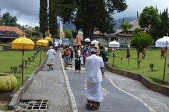 Balijczyk modlitwy w Ulun Danu Beratan świątyni Bali Obrazy Stock
