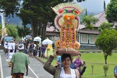 Balijczyk modlitwy w Ulun Danu Beratan świątyni Bali Zdjęcia Stock