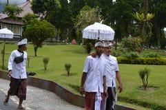Balijczyk modlitwy w Ulun Danu Beratan świątyni Bali Zdjęcia Royalty Free
