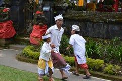 Balijczyk modlitwy w Ulun Danu Beratan świątyni Bali Obraz Royalty Free