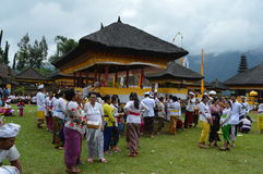 Balijczyk modlitwy w Ulun Danu Beratan świątyni Bali Obrazy Royalty Free