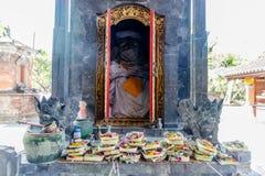 Balijczyk ofiar canang sari na ołtarzu przy Hinduską świątynią w Sanur fotografia stock