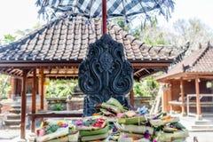 Balijczyk ofiar canang sari na ołtarzu przy Hinduską świątynią w Sanur zdjęcia stock