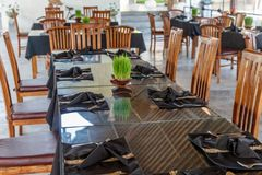 Balijczyk restauracja z ustawianie stołami, jaskrawymi - zielony narastający ryż kiełkuje jako dekoracja bali Indonesia obrazy stock
