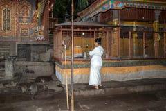BALIJCZYKA adorator przy świątynią dla księżyc w pełni świętowania i michaelita Bali, INDONEZJA, SIERPIEŃ - 12, 2016 - Obrazy Royalty Free