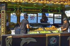 "Balik ekmek意思""fish sandwich†一条普遍的土耳其街道 免版税图库摄影"