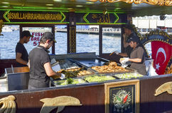 "Balik ekmek意思""fish sandwich†一条普遍的土耳其街道 库存照片"