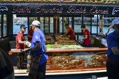 "Balik ekmek意思""fish sandwich†一条普遍的土耳其街道 免版税库存图片"